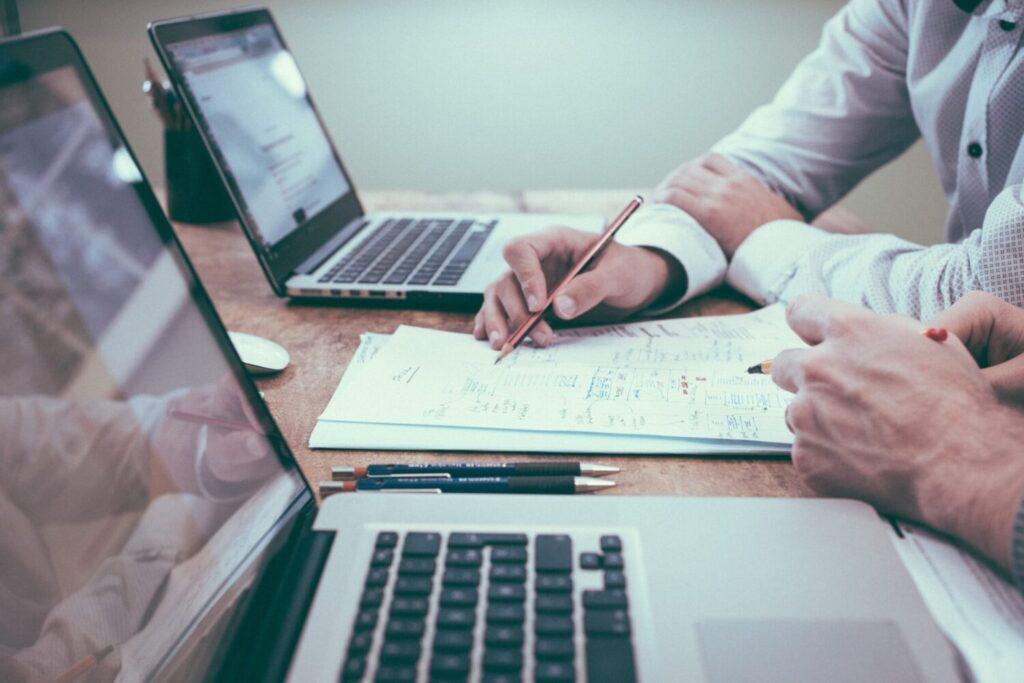 Biuro Rachunkowe JM TAX z Oleśnicy posiada w swojej ofercie kompleksową i profesjonalną pomoc w zakresie usługi księgi rachunkowe. Otwarcie ksiąg rachunkowych na dzień rozpoczęcia działalności wraz z utworzeniem zakładowego planu kont. Bieżące ewidencjonowanie operacji gospodarczych. Przygotowanie miesięcznych rozliczeń oraz deklaracji podatku od towarów i usług [VAT-7]. Sporządzanie ewidencji zakupów i sprzedaży VAT. Prowadzenie ewidencji środków trwałych oraz naliczanie odpisów amortyzacyjnych. Sporządzanie bilansu zamknięcia roku obrotowego wraz z rachunkiem zysków i strat, przygotowanie informacji dodatkowej , uzgadnianie sald zobowiązań i należności. Sporządzanie zeznania o wysokości osiągniętego rocznego dochodu [CIT-8].